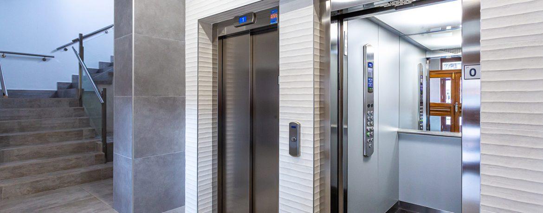 Elevador Doméstico que optimiza el espacio, de funcionamiento suave, confortable , silencioso y de bajo consumo energético.